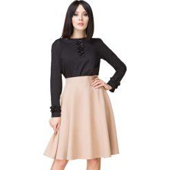 Czarna Bluzka z Satynowym Żabotem. Czarne bluzki z odkrytymi ramionami Molly.pl, l, z bawełny, biznesowe, z falbankami, z długim rękawem. Za 149,00 zł.