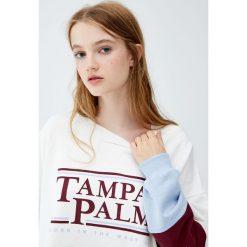 Bluza z napisem i kolorowymi panelami. Szare bluzy damskie Pull&Bear, w kolorowe wzory. Za 69,90 zł.