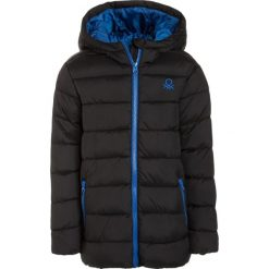 Benetton Kurtka zimowa black. Niebieskie kurtki chłopięce zimowe marki Benetton, z bawełny. W wyprzedaży za 135,20 zł.
