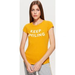 Koszulka z napisem - Żółty. Czerwone t-shirty damskie marki Cropp, l, z napisami. Za 19,99 zł.