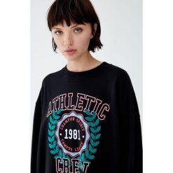 Bluza z napisem i rysunkiem. Czarne bluzy damskie Pull&Bear, z napisami. Za 89,90 zł.