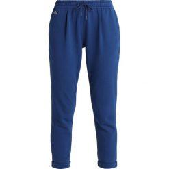 Lacoste Sport WOMEN TENNIS TROUSERS Spodnie treningowe marino. Niebieskie bryczesy damskie Lacoste Sport, z bawełny. W wyprzedaży za 343,20 zł.