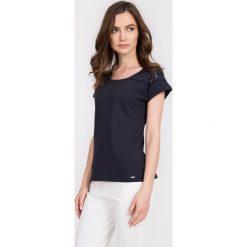 Granatowa ażurowa bluzka z bawełny QUIOSQUE. Szare bluzki ażurowe marki QUIOSQUE, z bawełny, z krótkim rękawem. W wyprzedaży za 29,99 zł.