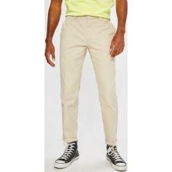 Tommy Jeans - Spodnie 90S. Szare chinosy męskie Tommy Jeans, z haftami, z bawełny. W wyprzedaży za 299,90 zł.