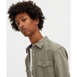 Koszula jeansowa w kowbojskim stylu. Szare koszule męskie jeansowe marki Pull&Bear, m, z długim rękawem. Za 89,90 zł.