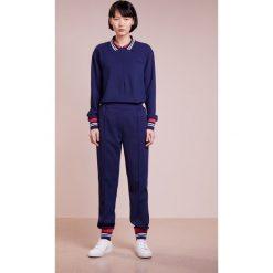 DESIGNERS REMIX DAWN TRACK PANT Spodnie treningowe dark blue. Niebieskie spodnie dresowe damskie DESIGNERS REMIX, z elastanu. W wyprzedaży za 419,50 zł.