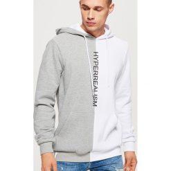 Dwukolorowa bluza z napisem - Jasny szary. Szare bluzy męskie rozpinane marki Cropp, l, z napisami. Za 129,99 zł.