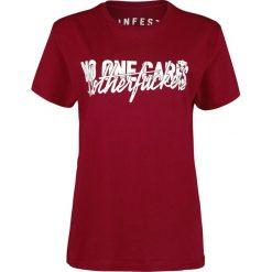 Infest Clothing No One Cares Koszulka damska czerwony. Czerwone bluzki z odkrytymi ramionami marki bonprix, na lato, w grochy, z dzianiny, z podwójnym kołnierzykiem, moda ciążowa, dopasowane. Za 62,90 zł.