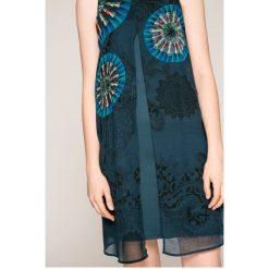 Desigual - Sukienka. Szare sukienki dzianinowe marki Desigual, na co dzień, casualowe, z okrągłym kołnierzem, mini, proste. W wyprzedaży za 239,90 zł.