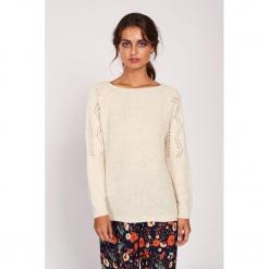 Sweter w kolorze kremowym. Białe swetry klasyczne damskie Dioxide, s, z dekoltem w łódkę. W wyprzedaży za 89,95 zł.