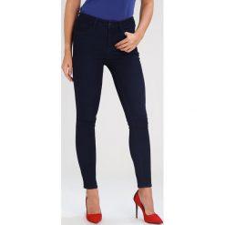 Armani Exchange Jeans Skinny Fit indigo denim. Czarne jeansy damskie relaxed fit marki Armani Exchange, l, z materiału, z kapturem. W wyprzedaży za 335,20 zł.