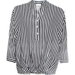 Bluzka z kokardkami bonprix biało-ciemnoniebieski w paski. Białe bluzki z odkrytymi ramionami marki bonprix, w kropki, z wiskozy, biznesowe, z dekoltem w serek, moda ciążowa, z krótkim rękawem. Za 59,99 zł.