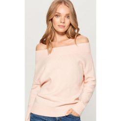 Sweter z odkrytymi ramionami - Różowy. Czerwone swetry klasyczne damskie Mohito, l. Za 149,99 zł.