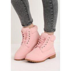 Różowe Traperki Twist. Czerwone buty zimowe damskie marki Born2be, z okrągłym noskiem, na płaskiej podeszwie. Za 79,99 zł.