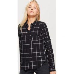 Klasyczna koszula z nadrukiem - Czarny. Czarne koszule damskie marki Cropp, l, z nadrukiem, klasyczne, z klasycznym kołnierzykiem. Za 49,99 zł.