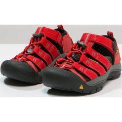 Keen NEWPORT H2 Sandały trekkingowe ribbon red/gargoyle. Czerwone sandały chłopięce marki Keen, z materiału. Za 239,00 zł.