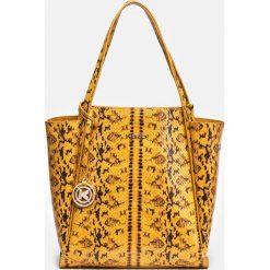 Żółto czarna torebka damska. Czarne torebki klasyczne damskie Kazar, ze skóry, duże, z tłoczeniem, z breloczkiem. Za 849,00 zł.
