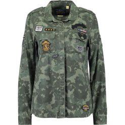 Superdry MILITARY AMBER Koszula khaki. Brązowe koszule wiązane damskie Superdry, xs, z lyocellu. Za 379,00 zł.
