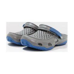 Crocs SWIFTWATER DECK Sandały kąpielowe slate grey. Szare kąpielówki męskie marki Crocs, z gumy. W wyprzedaży za 127,20 zł.