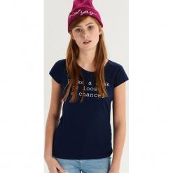 Bawełniany t-shirt z napisem - Granatowy. Niebieskie t-shirty damskie Sinsay, l, z napisami, z bawełny. Za 9,99 zł.