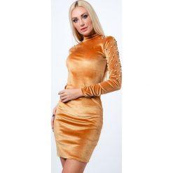 Sukienka z półgolfem i perełkami miodowa 6495. Czarne sukienki marki Fasardi, m, z dresówki. Za 54,00 zł.