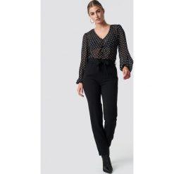 Rut&Circle Spodnie z wysokim stanem Ofelia - Black. Czarne spodnie z wysokim stanem Rut&Circle, w paski. Za 161,95 zł.