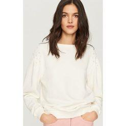 Bluzy damskie: Bluza z perełkami na ramionach – Kremowy