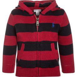Polo Ralph Lauren STRIPE Kardigan oxbridge red. Czerwone swetry chłopięce Polo Ralph Lauren, z bawełny, polo. W wyprzedaży za 258,30 zł.