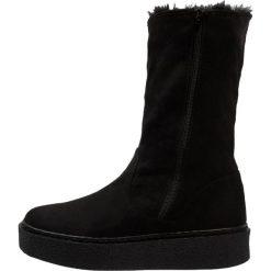 Buffalo Kozaki na platformie black. Czarne buty zimowe damskie marki Kazar, z futra, przed kolano, na wysokim obcasie, na koturnie. W wyprzedaży za 203,40 zł.