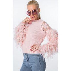 Sweter z włochatymi rękawami krótki pudrowy róż MISC5977. Czerwone swetry klasyczne damskie marki Lemoniade, na lato, ze splotem, z asymetrycznym kołnierzem. Za 89,00 zł.