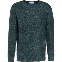 Holzweiler MOSS  Sweter green. Zielone swetry klasyczne męskie marki Holzweiler, l, z materiału. W wyprzedaży za 428,45 zł.