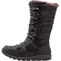 Sorel WHITNEY LACE Śniegowce black. Czarne buty zimowe chłopięce Sorel, z materiału. W wyprzedaży za 143,60 zł.