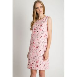 Różowa sukienka bez rękawów BIALCON. Czerwone sukienki hiszpanki BIALCON, do pracy, na lato, biznesowe, bez rękawów, proste. Za 269,00 zł.