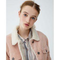 Różowa kurtka sztruksowa. Czerwone kurtki damskie marki Pull&Bear, ze sztruksu. Za 159,00 zł.