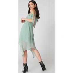 NA-KD Boho Sukienka midi z wiązaniem - Green. Niebieskie sukienki asymetryczne marki NA-KD Boho, na imprezę, w koronkowe wzory, z koronki, boho, na ramiączkach, mini. W wyprzedaży za 40,38 zł.