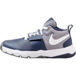 Nike Performance TEAM HUSTLE D 8 (GS) Obuwie do koszykówki midnight navy/white/cool grey. Niebieskie buty skate męskie Nike Performance, z gumy. W wyprzedaży za 139,30 zł.