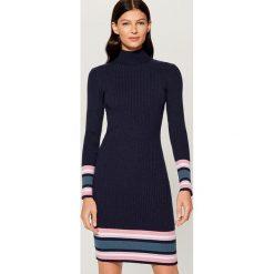 Dopasowana dzianinowa sukienka - Niebieski. Czerwone sukienki dzianinowe marki Mohito, l, w koronkowe wzory. Za 119,99 zł.