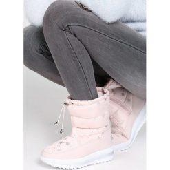 Różowe Śniegowce Unseen. Czerwone buty zimowe damskie marki Born2be. Za 89,99 zł.