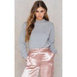 Bluzy damskie: NA-KD Bluza z rękawem ze sztucznymi perłami – Grey