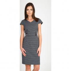 Granatowa wizytowa dopasowana sukienka QUIOSQUE. Szare sukienki balowe marki QUIOSQUE, do pracy, s, w geometryczne wzory, z kopertowym dekoltem, z krótkim rękawem, mini, dopasowane. W wyprzedaży za 139,99 zł.