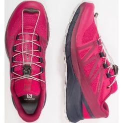 Salomon SENSE RIDE Obuwie do biegania Szlak cerise. Czerwone buty do biegania damskie Salomon, z materiału. Za 589,00 zł.