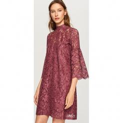 Koronkowa sukienka ze stójką - Fioletowy. Fioletowe sukienki koronkowe marki Reserved, ze stójką. Za 79,99 zł.