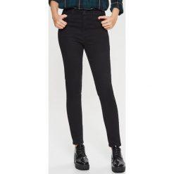 Jeansy HIGH WAIST - Czarny. Czarne spodnie z wysokim stanem Cropp, z jeansu. W wyprzedaży za 39,99 zł.