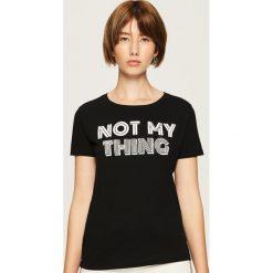 Bawełniany t-shirt z nadrukiem - Czarny. Czarne t-shirty damskie Sinsay, l, z nadrukiem, z bawełny. Za 19,99 zł.