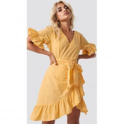 Glamorous Sukienka mini z wiązaniem - Yellow. Żółte sukienki mini Glamorous, w paski, z kopertowym dekoltem, kopertowe. Za 202,95 zł.