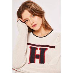 Tommy Hilfiger - Sweter. Szare swetry klasyczne damskie marki TOMMY HILFIGER, l, z dzianiny, z okrągłym kołnierzem. W wyprzedaży za 499,90 zł.