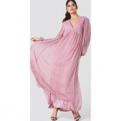 NA-KD Boho Szyfonowa sukienka z bufiastym rękawem - Pink. Niebieskie długie sukienki marki NA-KD Boho, na imprezę, w koronkowe wzory, z koronki, boho, na ramiączkach. W wyprzedaży za 142,07 zł.