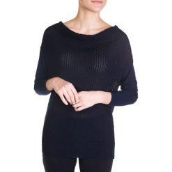 Granatowy sweter z satynowy tyłem QUIOSQUE. Czarne swetry klasyczne damskie marki QUIOSQUE, na imprezę, z dzianiny, z kopertowym dekoltem, mini, dopasowane. W wyprzedaży za 39,99 zł.