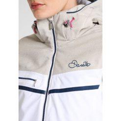 Dare 2B PREMISS Kurtka snowboardowa white/oatmeal. Białe kurtki damskie narciarskie Dare 2b, z materiału. W wyprzedaży za 607,20 zł.