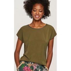 T-shirty damskie: Koszulka z ozdobną lamówką przy dekolcie - Khaki